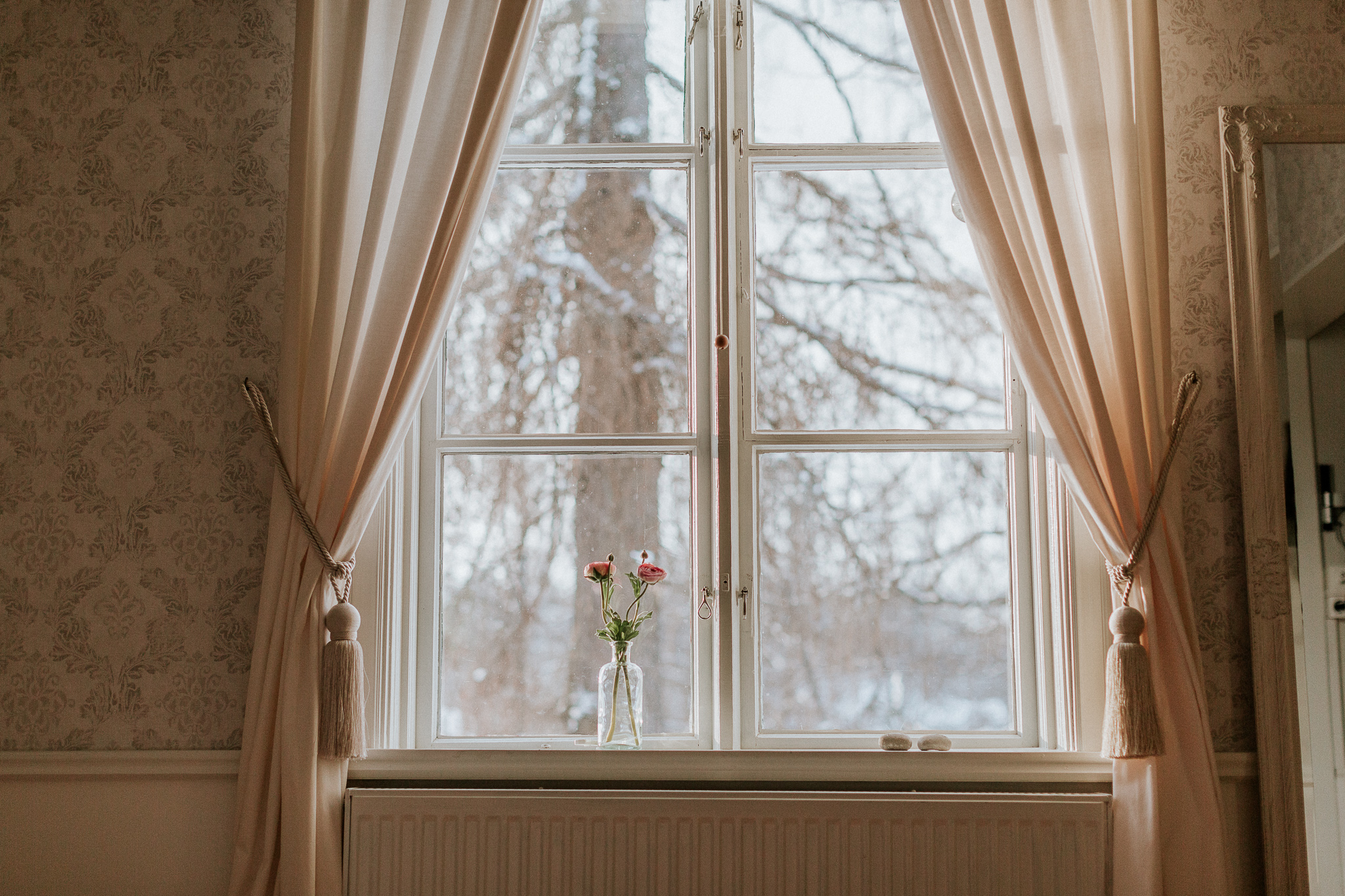 Fönster med gardin