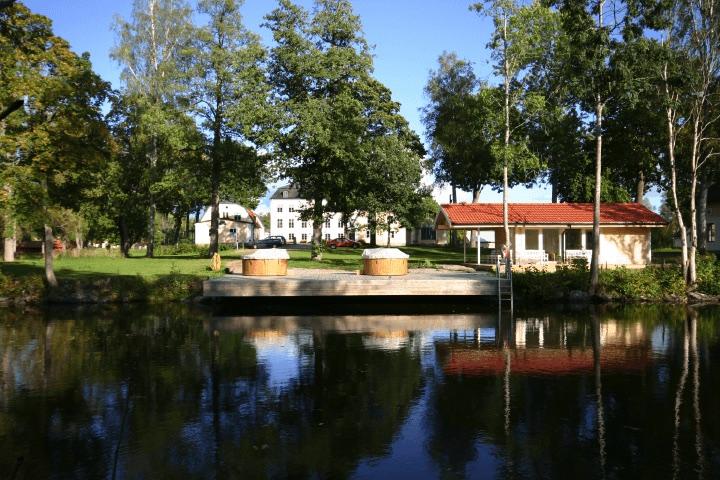 Badtunnor vid vattnet i anslutning till Schenströmska Herrgården