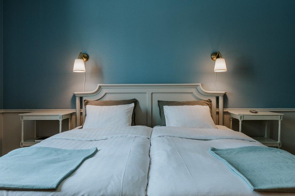Bäddad dubbelsäng i ett rum på Schenströmska herrgården