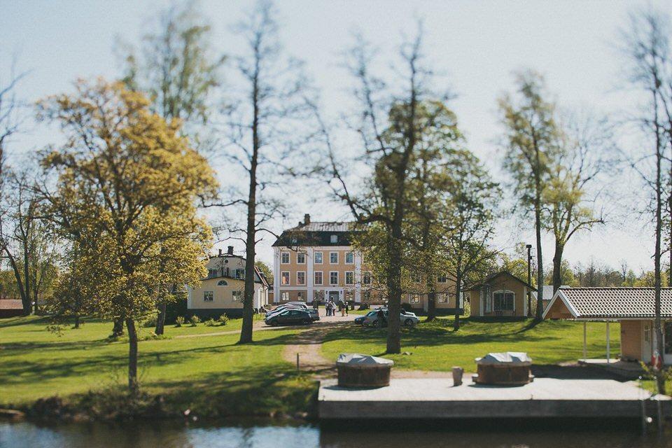 Området runt Schenströmska herrgården med byggnader, parkering och badtunnor