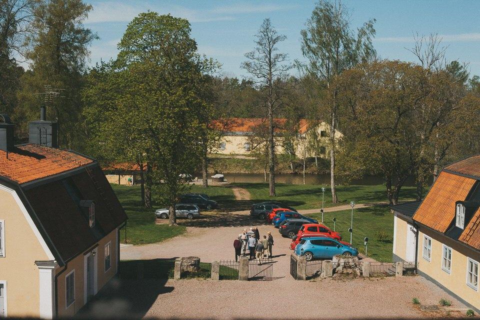Parkeringen och vy mot vattnet vid Schenströmska herrgården