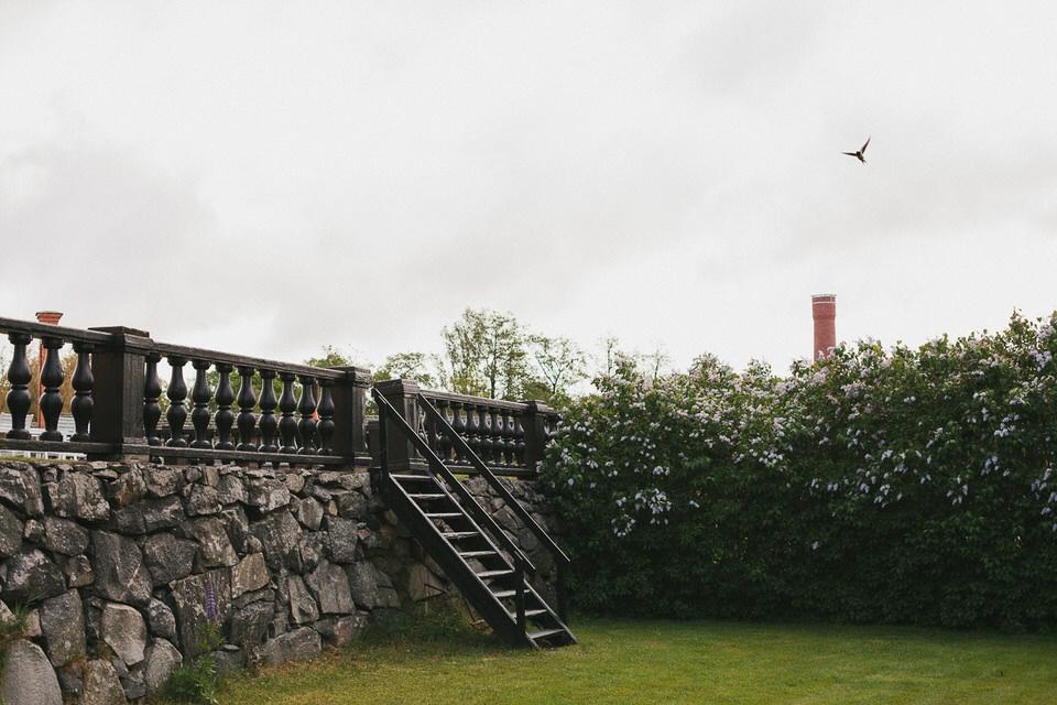 Grönområde med stenmur och trappa kring Schenströmska Herrgården